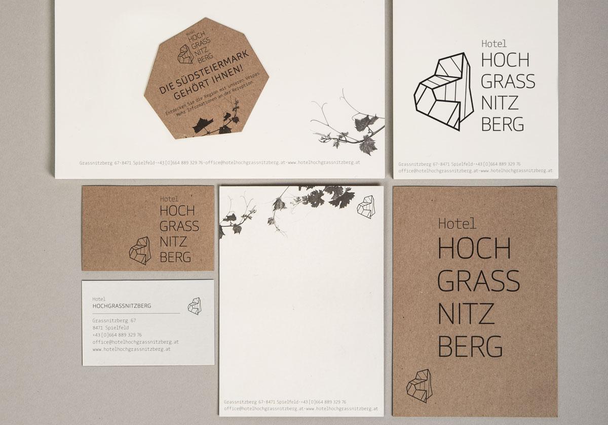 Entwicklung und Gestaltung eines Corporate Design, bestehend aus Logo, Designelementen, Visitenkarten, Briefpapier, Compliment Cards, Blöcke in A4 und A6, Folder, Fahnen, Website, Mopedbeklebungen, …